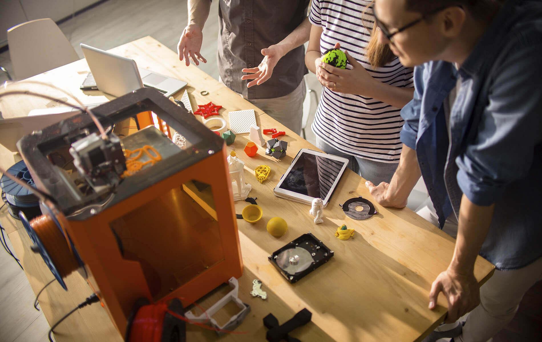üç boyutlu yazıcı fiyatları, laboratuvar ortamında 3d yazıcı tasarlayan insanlar